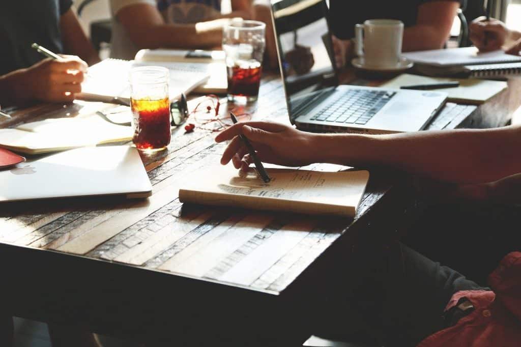 שולחן עבודה חברת ניקיון למשרדים